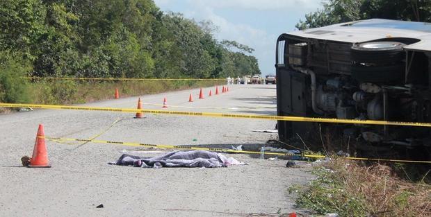 171219-civil-defense-quintana-roo-bus-crash-02.jpg